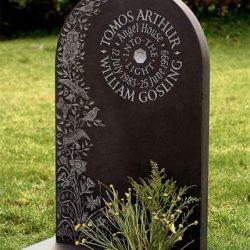 Красивые надгробные памятники на кладбище